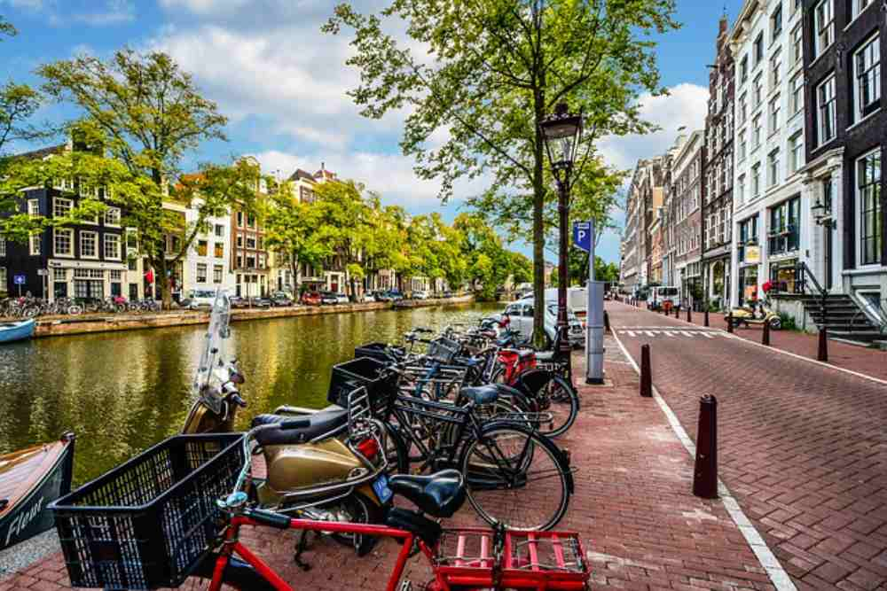 Day Trip To Amsterdam : You find Canals & Bicycle every where