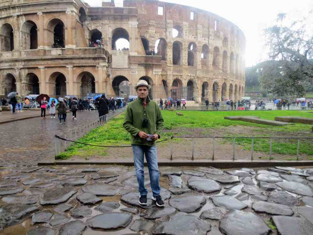 Chandana Perea : In front of Colosseum